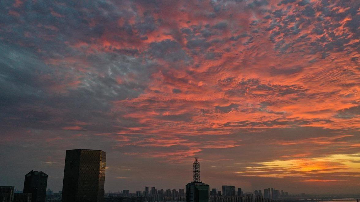 东湖上空清晨红霞满天水天一色