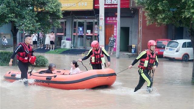河南抗洪抢险一线,武汉消防紧急转移救助被困群众