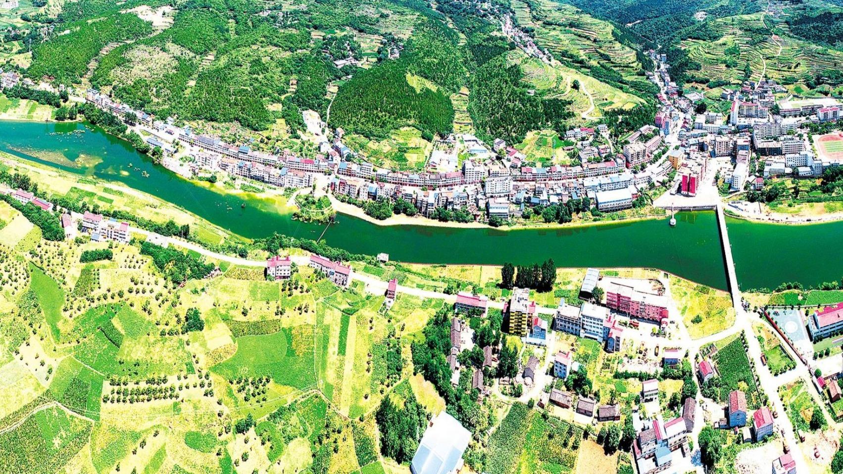 綠水青山環抱美麗鄉村