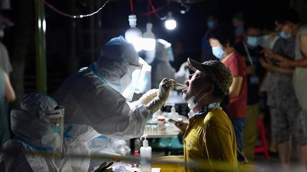 组图丨武汉挑灯夜战检测核酸