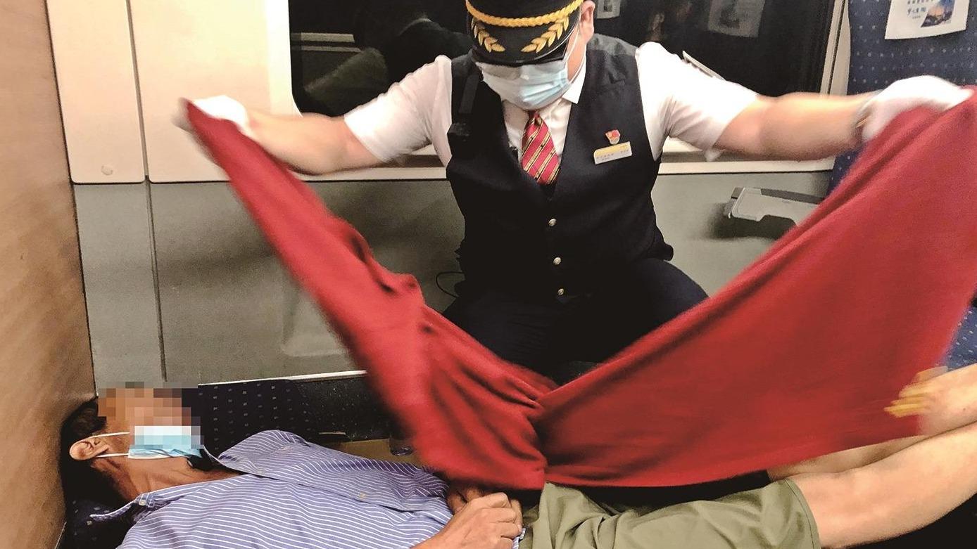 """患病老人痛得""""躺平"""" 列车员席地搭起简易""""卧铺"""""""