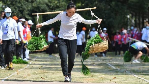 观看农民的运动会,感受劳动中的快乐