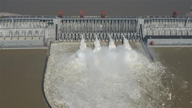 三峡大坝开启4孔泄洪