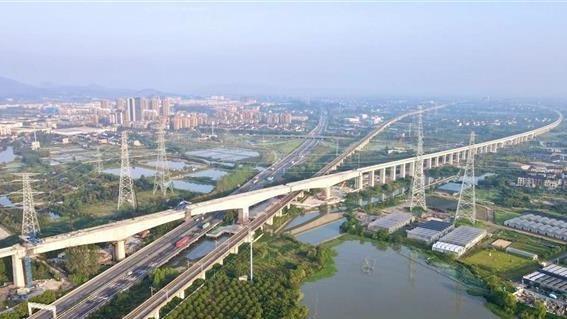 国内罕见2.8万吨铁路转体桥成功转体