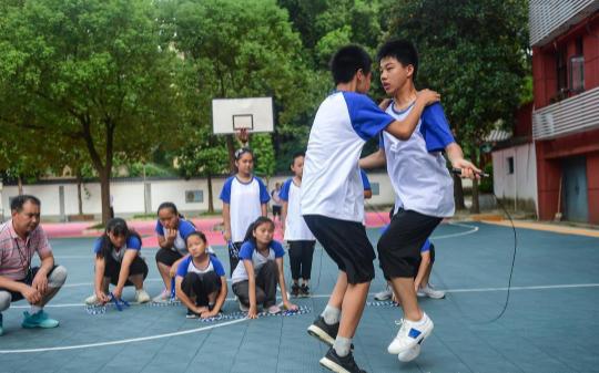 盲校孩子备战全国残运会盲人跳绳赛