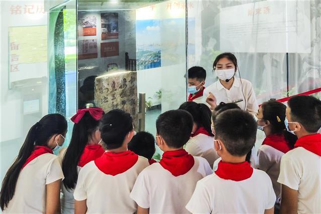 武汉:学生们在中山公园受降堂参观