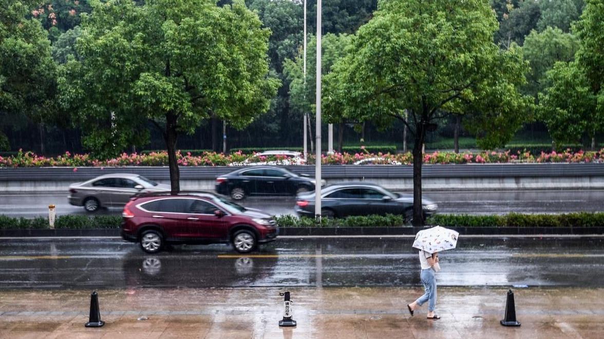 """""""哇!下雨了!"""" 秋燥的江城迎来一场及时雨"""