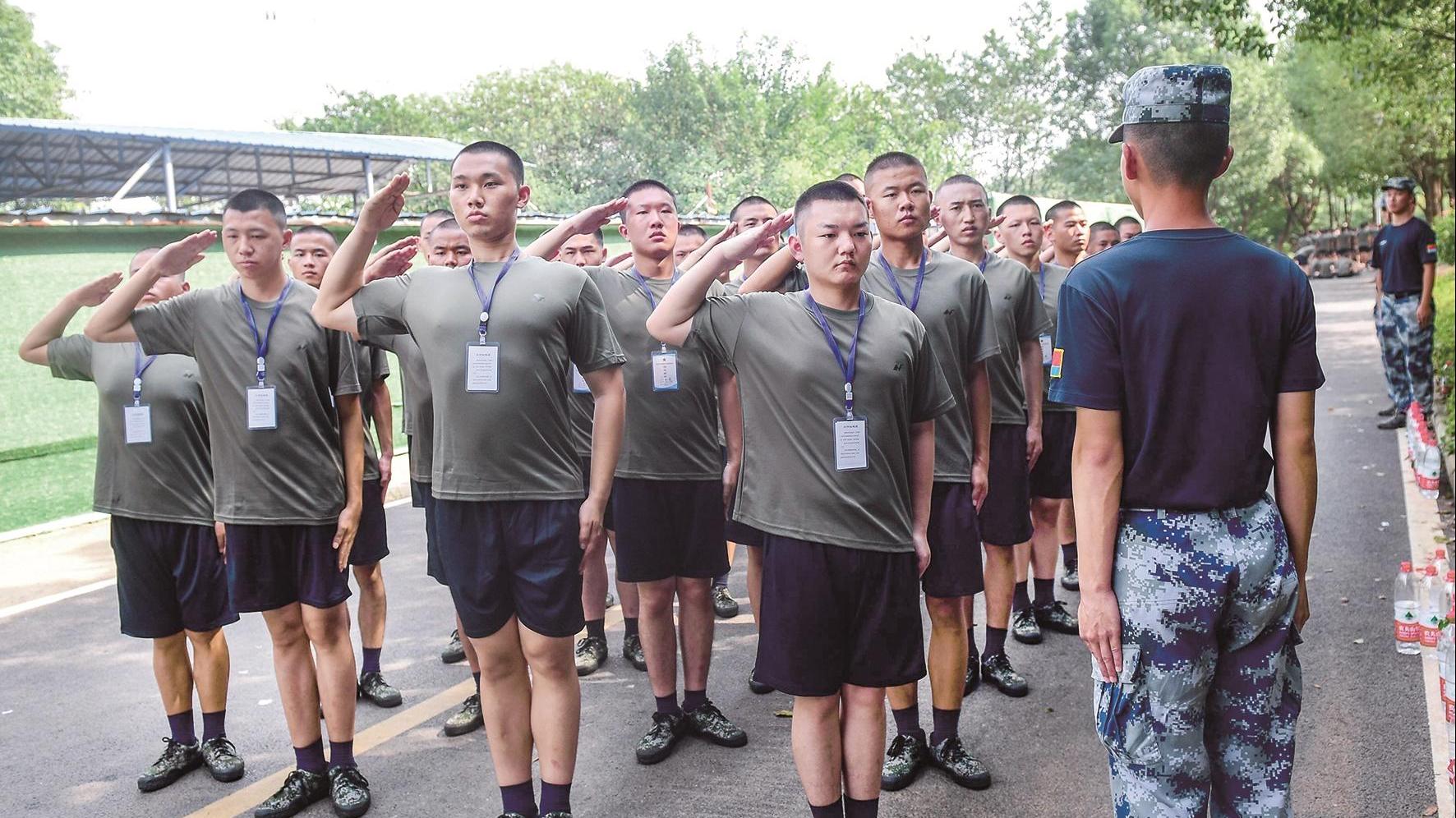 """武汉大学""""七兄弟""""携手赴军营 从校友变战友"""