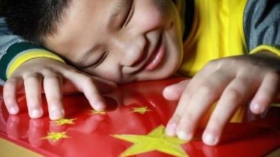 这个孩子触摸国旗的表情让人泪目