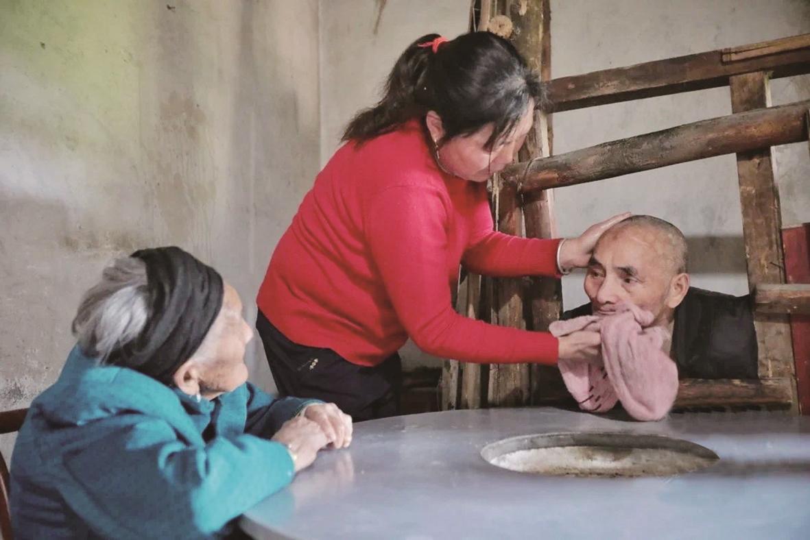 祖孙接力照顾智残退役军人43年