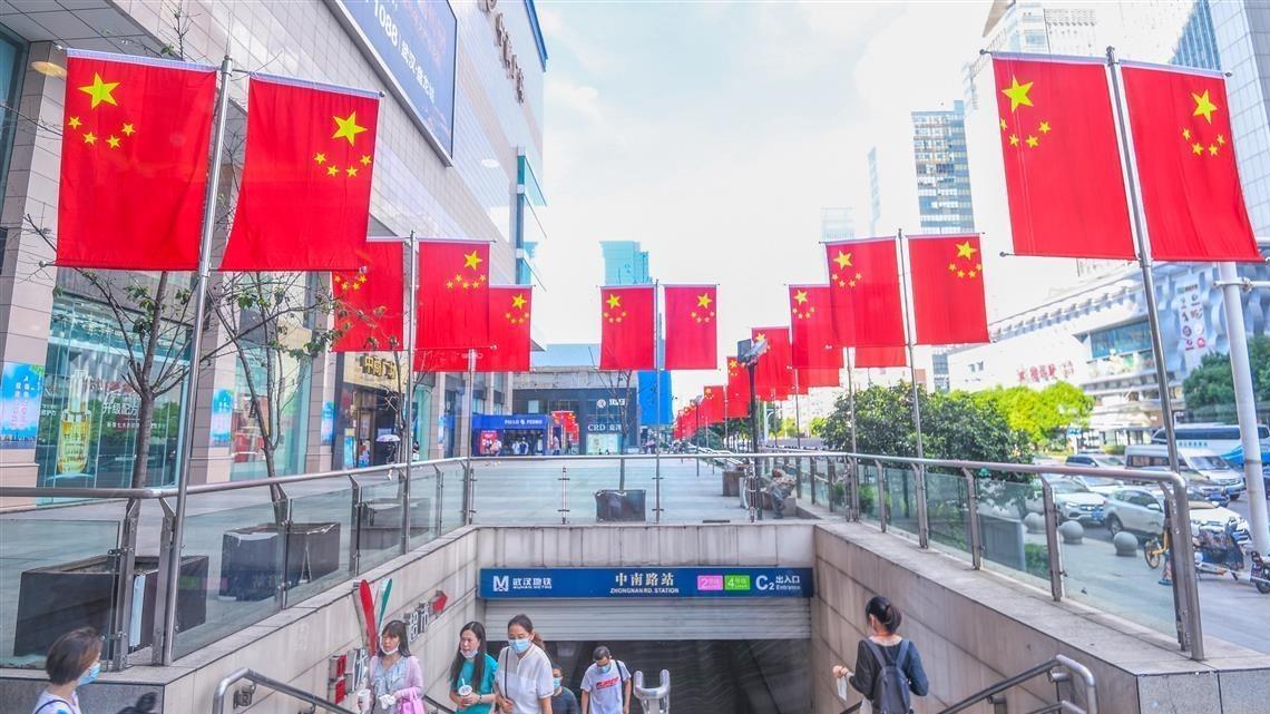 武汉张挂国旗,红红火火迎国庆