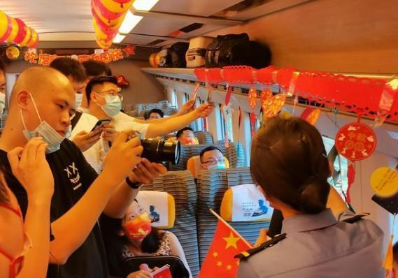 开往上海的火车上,他们这样迎中秋国庆