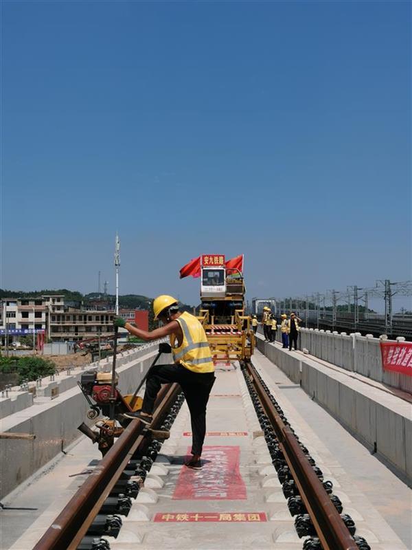安九高铁完成全线铺轨 开通后武汉至上海仅需3小时