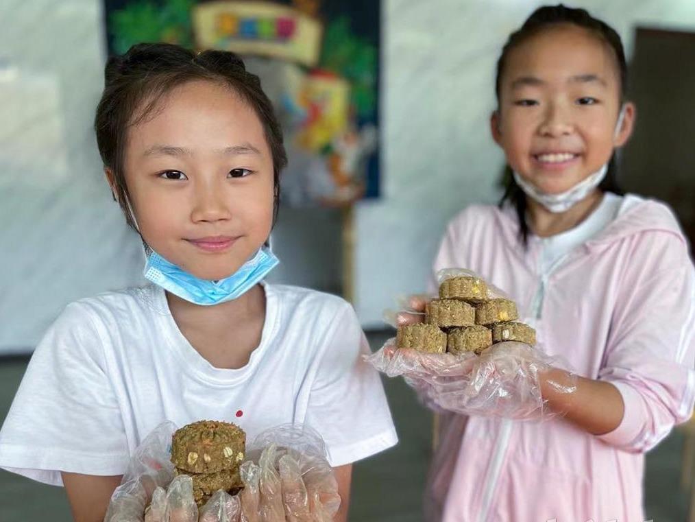 孩子们在武汉野生动物王国给猴子做月饼