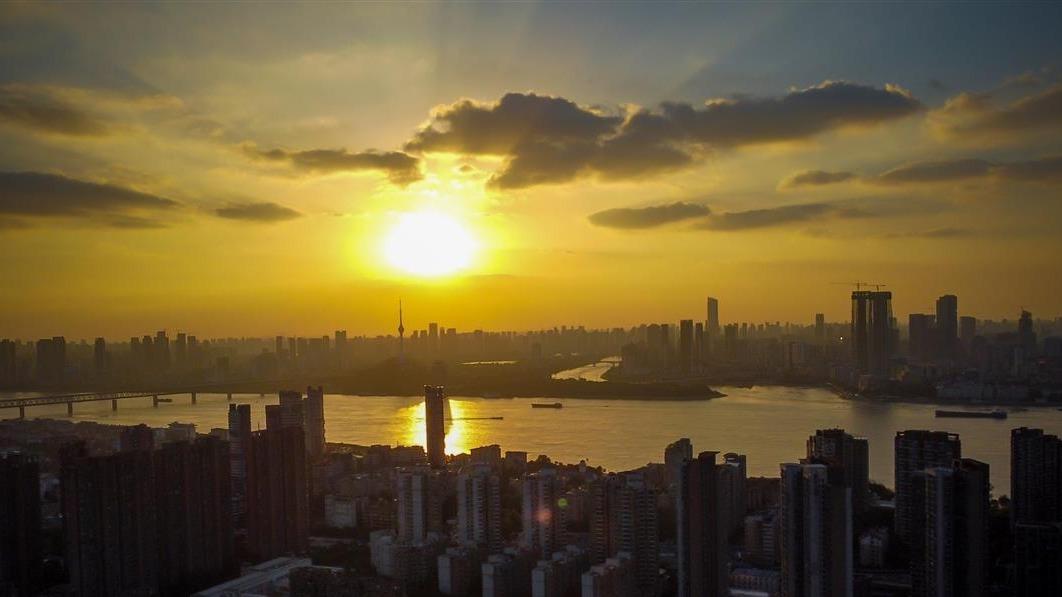 江城彩霞滿天,景象迷人