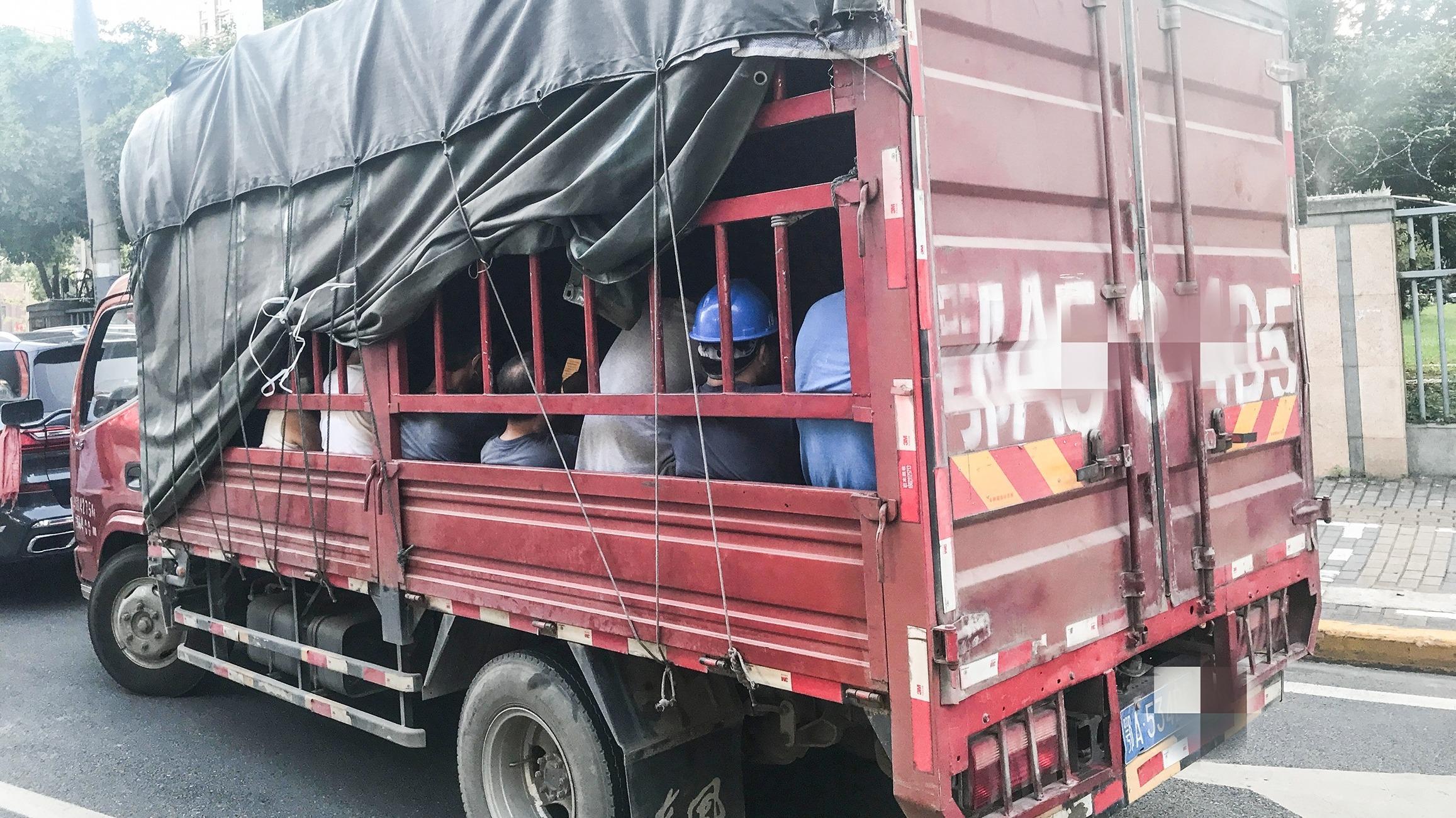 仓栅货车变巴士装了20人!