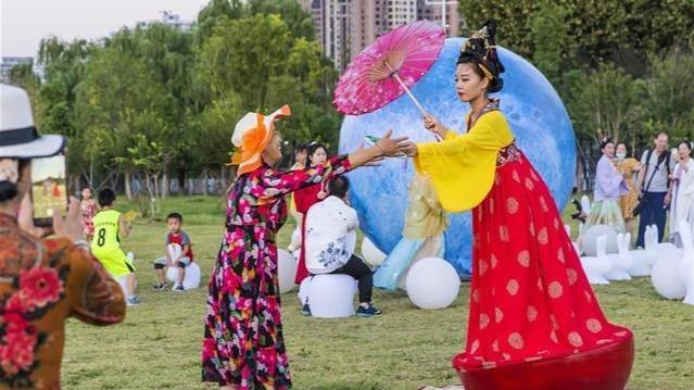 武昌江滩,游客感受传统文化魅力