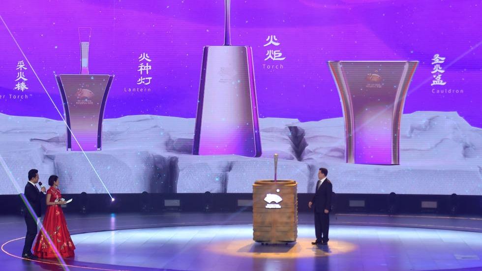 """杭州亚运会火炬""""薪火""""、礼仪服装等发布"""