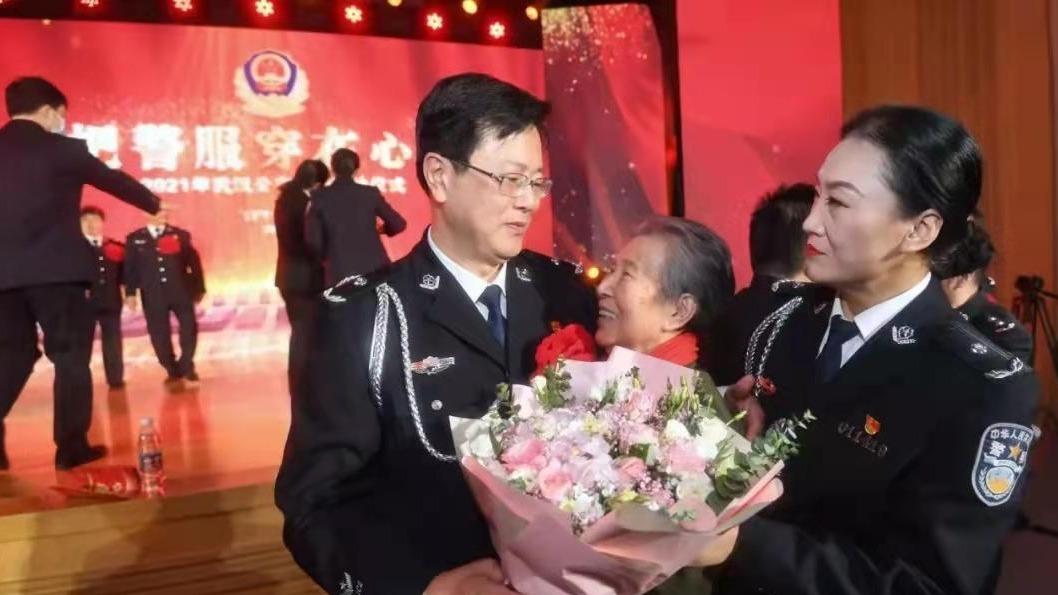 武汉为352名退休民警举行隆重的荣休仪式