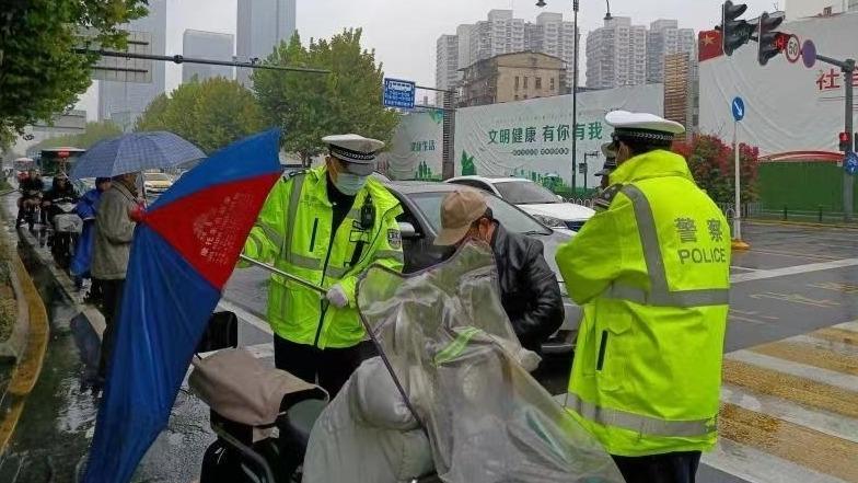 周末风雨中,武汉交警拆除185辆电动自行车顶篷