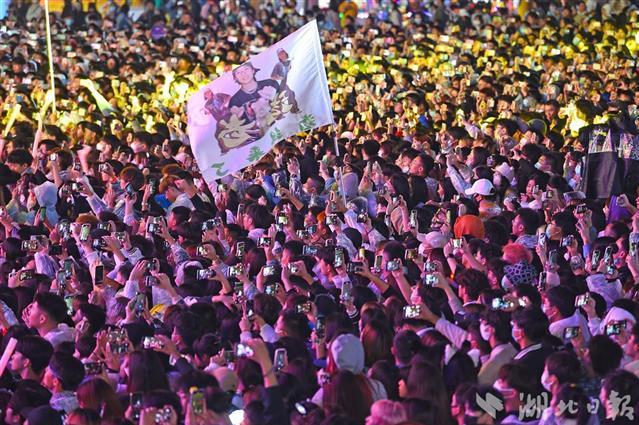 欢乐东湖新玩法 武汉欢乐谷开启全民娱乐夜游季