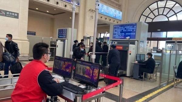 武汉机场、火车站坚持常态化疫情防控不放松