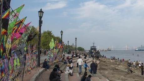 武汉气温小幅回升 汉口江滩吸引市民享秋日好时光