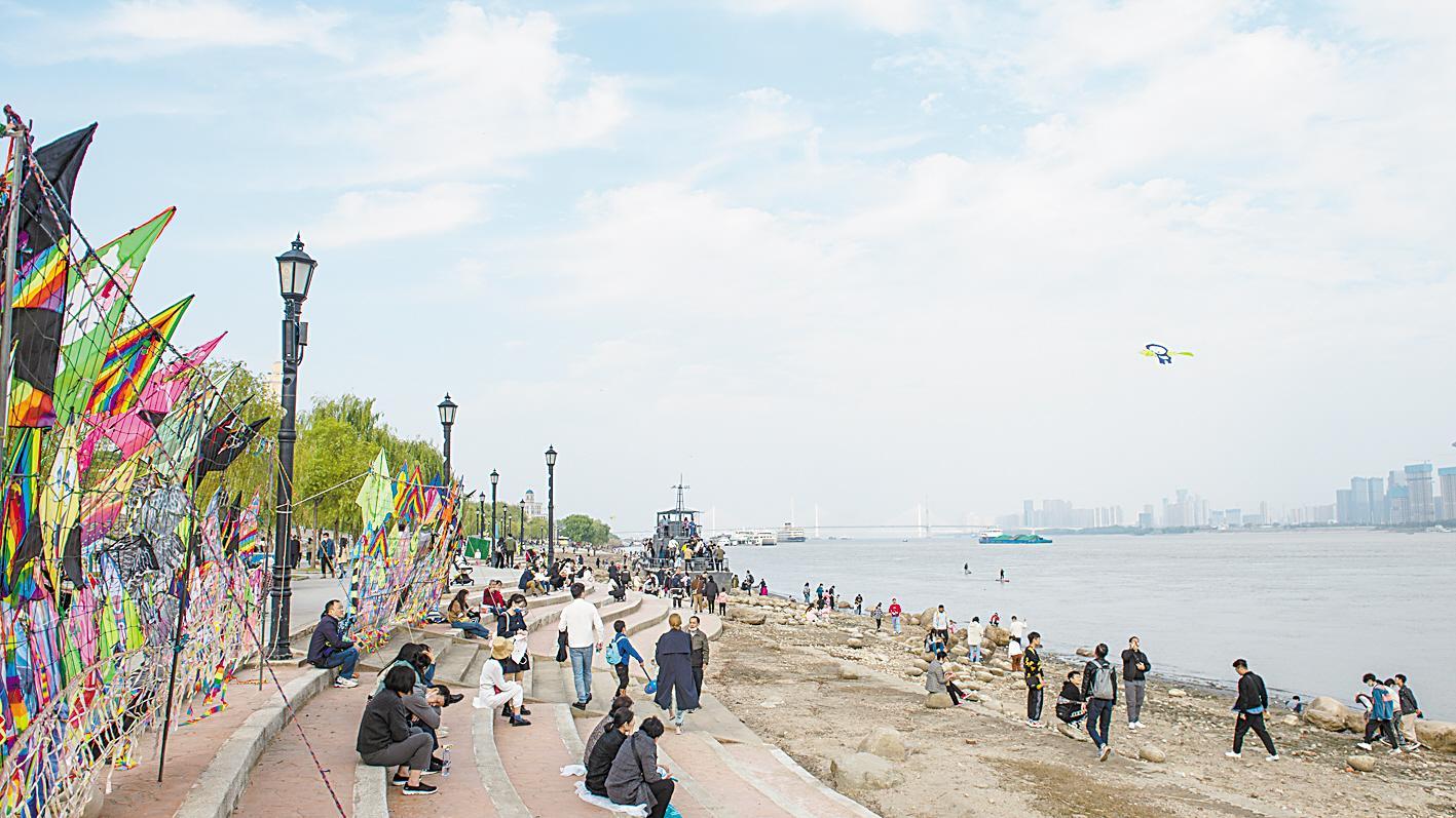 武汉:气温小幅回升 市民尽情享受秋日