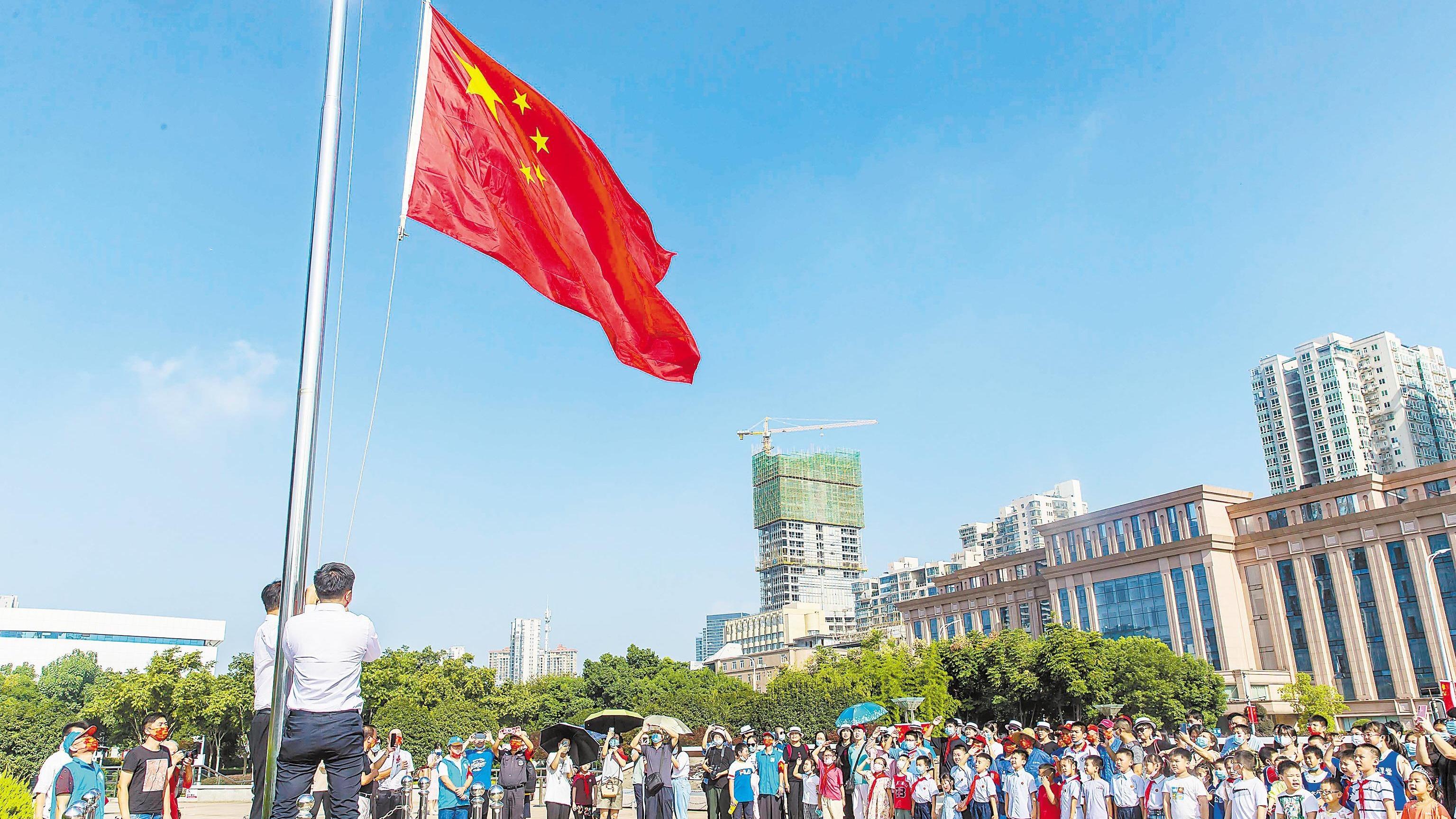 """洪山广场举行""""迎国庆·升国旗""""仪式"""