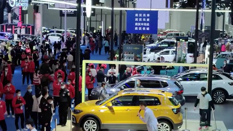 武汉国际车展迎来双休客流,现场人气火爆
