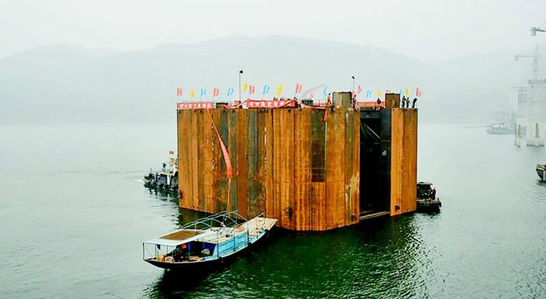 丹江口龙山大桥首节钢围堰成功下水 重达960余吨