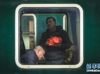 列车车窗里的归乡人