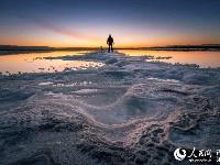 青海盐湖:人在湖间走宛如画中游