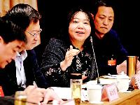 两会影像:与会代表委员分组讨论中