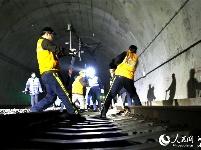 高铁养路人深夜整修合武高铁线碧绿河隧道迎春运