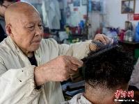 武汉老理发师用烙铁烫发 顾客慕名而来