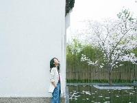 李沁樱花树下浅笑很恬静 中性装扮显帅气