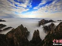 安徽黄山现云海日出 云浪滚滚金辉熠熠