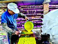 """应城""""粉笔村"""" 传承在家庭作坊中的流彩经济"""