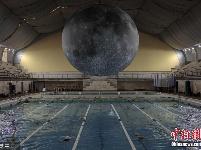 """艺术家打造""""月球博物馆""""泳池 让你边游泳边""""赏月"""""""