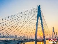 湖北武汉二七长江大桥在晚霞的映照下壮美如画