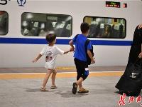 """返程高峰,车站又现""""小候鸟"""""""