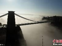 英国牛人桥上定点跳伞如坠迷雾