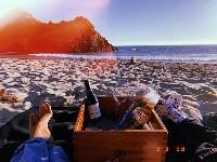 海莉被比伯紧搂怀中晒恩爱照 海边野餐享受二人世界