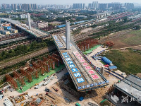 武汉杨泗港快速通道青菱段斜拉桥成功转体