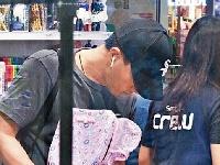 好爸爸!刘恺威认真为女儿买书包和保温杯