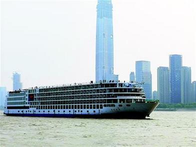 长江最大豪华游轮首航造访江城