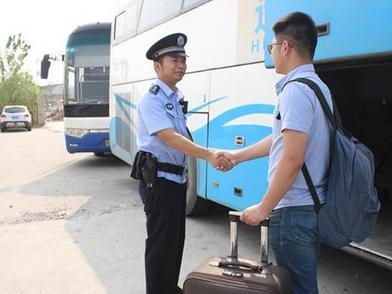 粗心小伙客运站丢了行李,民警清晨苦寻找回4万元失物