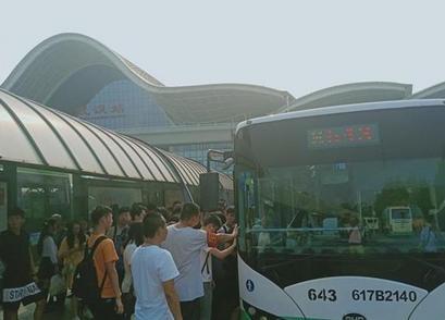 武汉公交及时增加运力应对中秋返程客流高峰