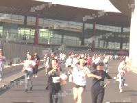李现低调现身机场走vip通道 遇百位粉丝接机追车场面壮观